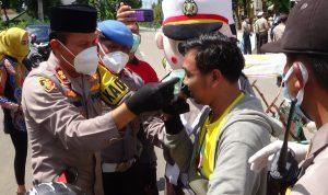 Kapolres Sumenep, Akbp. Darman Kenakan Masker Kepada Pengendara yang tidak memakai masker