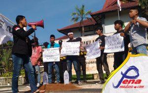 Sutrisno, orator FKMS saar berprasi di depan Kantor DPRD Sumenep